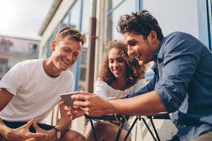 groupe de jeunes regardent smartphone
